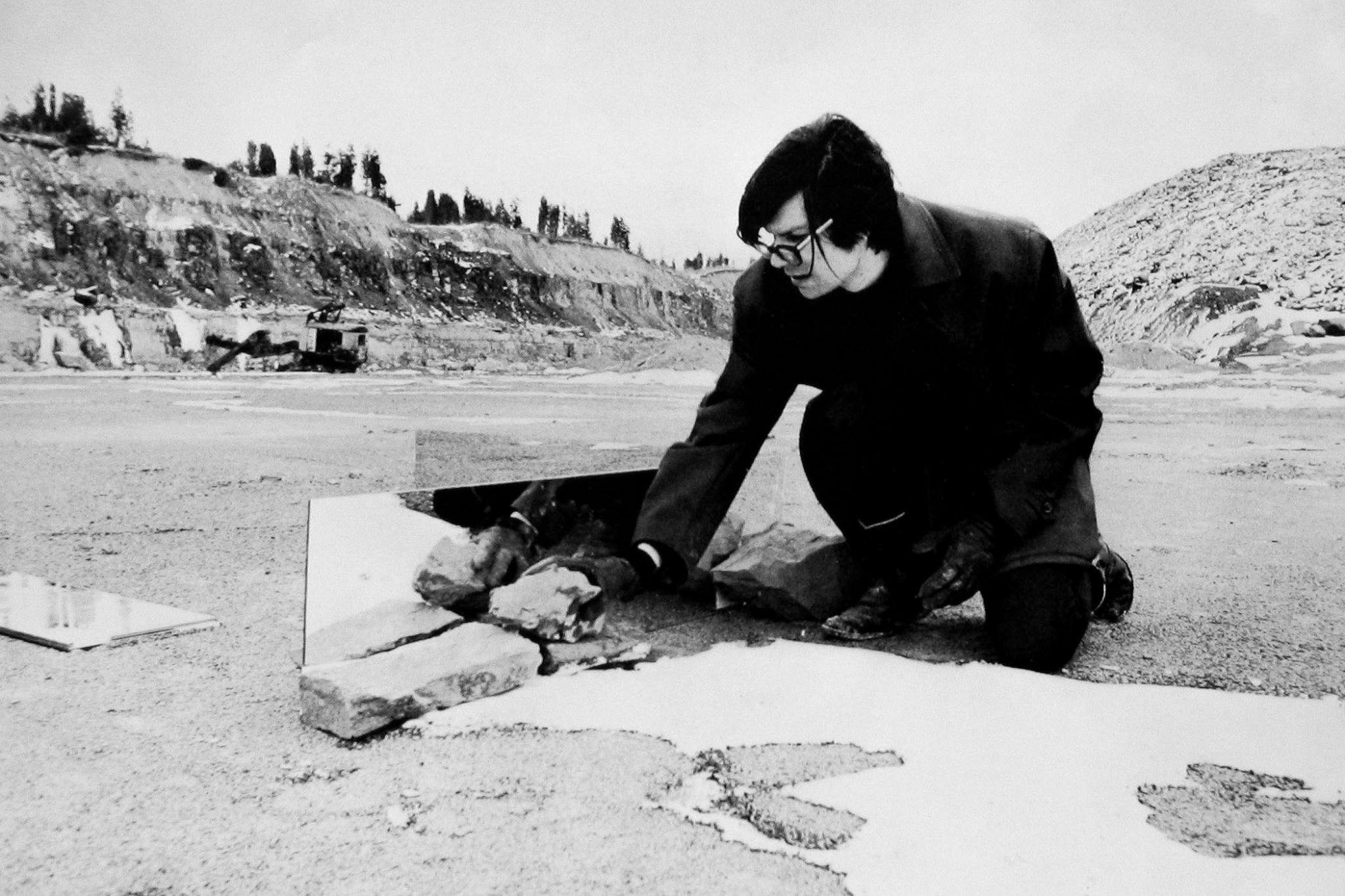 Robert Smithson working on an outdoor mirror displacement piece in New Jersey.